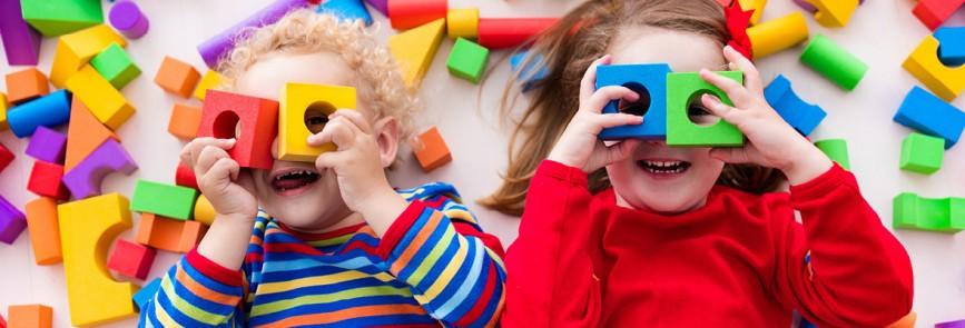 Kinder mit Bauklötzchen Brille