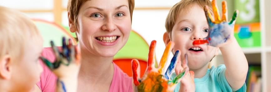 Kinder mit Erzieherin und bunten Händen